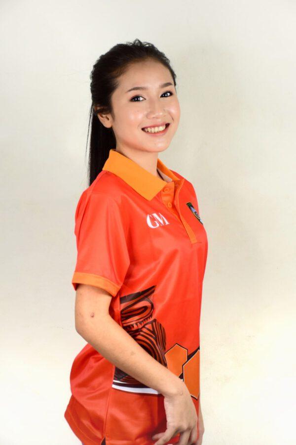 เสื้อโปโลหญิง สีส้ม พิมพ์อักษรด้านหลัง
